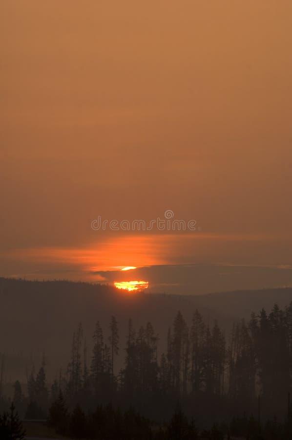 Sonnenaufgang in den Bergen stockbild