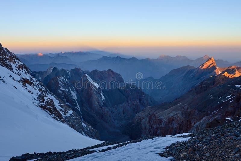 Sonnenaufgang in den Bergen Reflexion der roten Sonne auf Gebirgsschneespitzen, Durchlauf Mirali, 5300, Fann, Pamir Alay, Tadschi lizenzfreie stockfotos