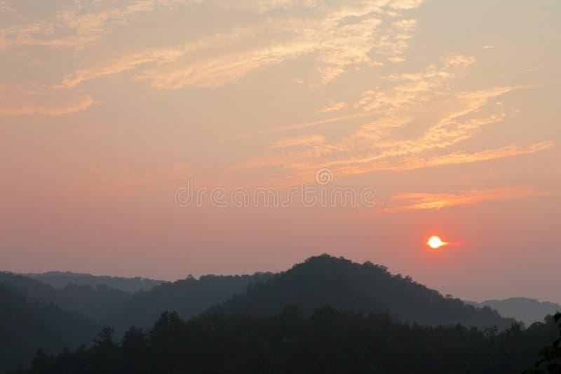 Sonnenaufgang an den großen rauchigen Bergen lizenzfreies stockfoto
