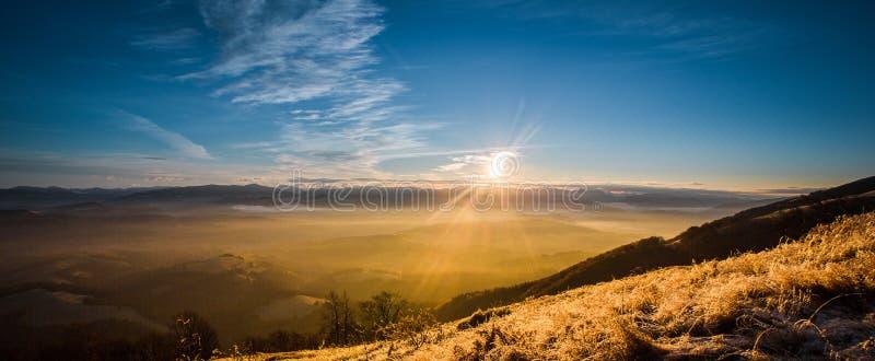 Sonnenaufgang in den Nebelbergen stockfoto
