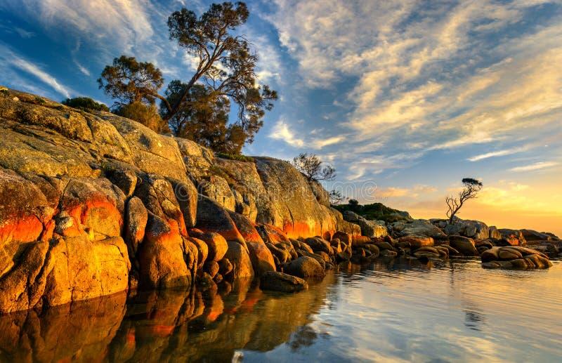Sonnenaufgang in der Bucht von Feuern lizenzfreies stockfoto