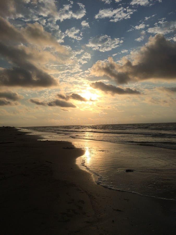 Sonnenaufgang, der durch die Wolken späht stockfoto