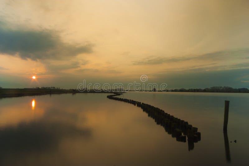 Sonnenaufgang, der in einem schönen Fluss sich reflektiert lizenzfreies stockfoto