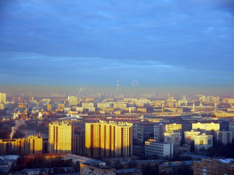 Sonnenaufgang in der Industriestadtlandschaftsdraufsicht lizenzfreie stockfotos