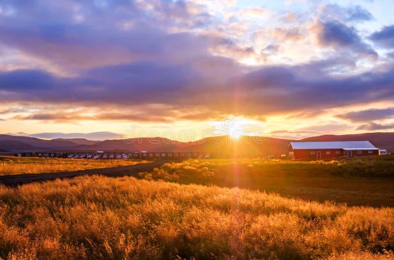 Sonnenaufgang in der isländischen Siedlung Modrudalur im östlichen I?, Grasland und traditionellem Baugewerbe, Landwirtschaft und stockfoto