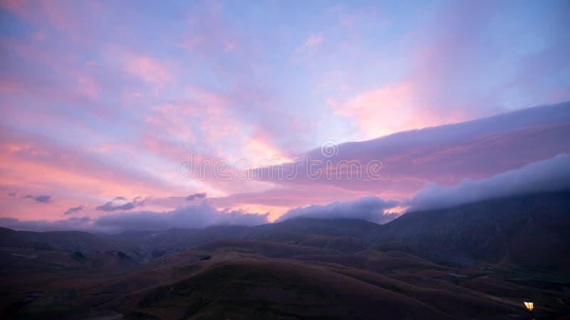 Sonnenaufgang in der Naturlandschaft der Ebene von Castelluccio di Norcia Apennines, Umbrien, Italien lizenzfreies stockbild
