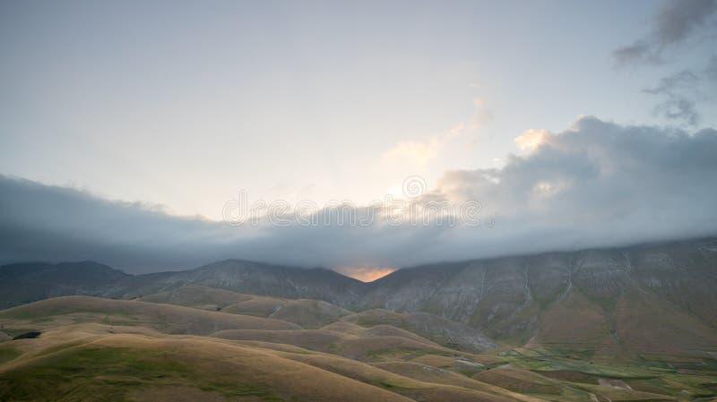 Sonnenaufgang in der Naturlandschaft der Ebene von Castelluccio di Norcia Apennines, Umbrien, Italien lizenzfreie stockfotografie