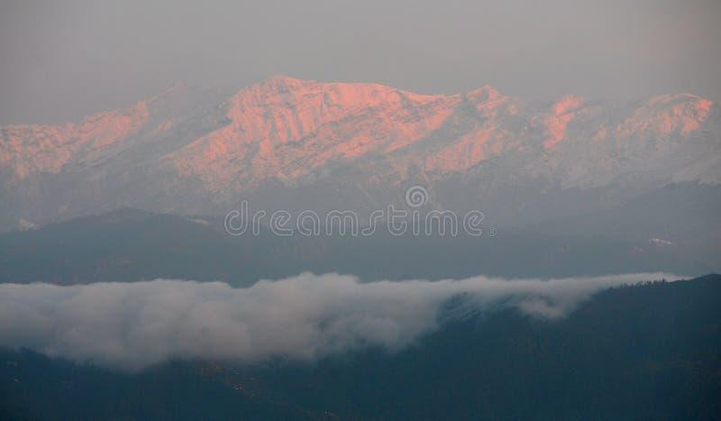 Sonnenaufgang, der rote Bergspitzen bei Kausani, Indien zeigt stockfotografie