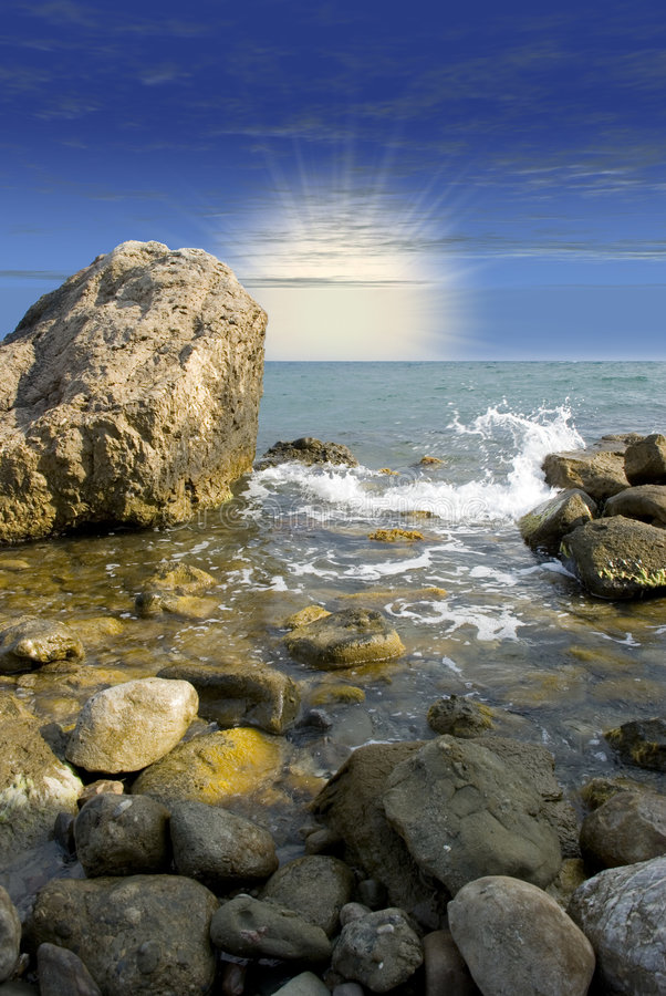 Sonnenaufgang an der Seeküste lizenzfreie stockbilder