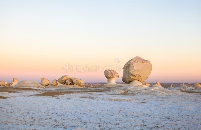 Sonnenaufgang an der weißen Wüste, Ägypten stockbild