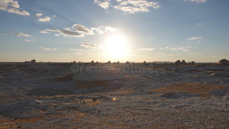 Sonnenaufgang in der weißen Wüste in Ägypten afrika lizenzfreie stockfotos