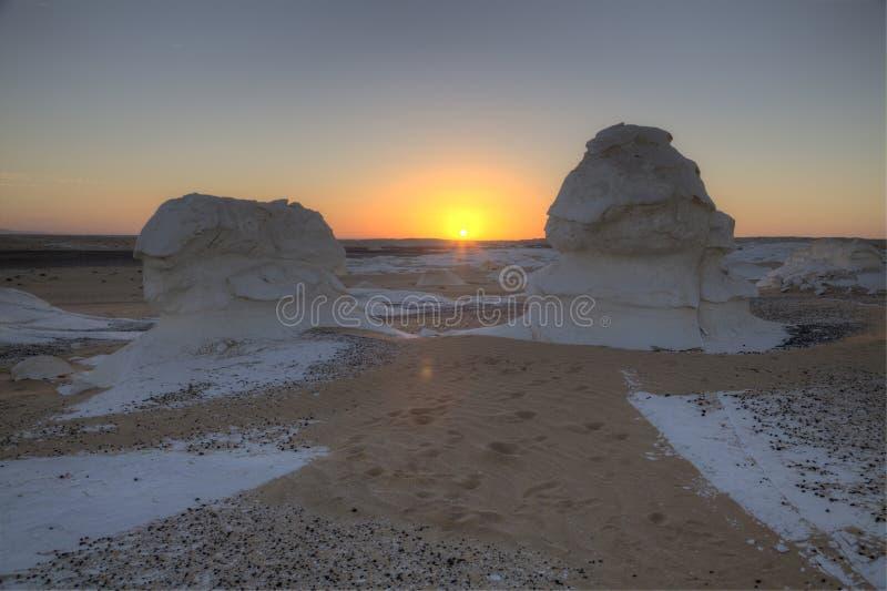 Sonnenaufgang an der weißen Wüste lizenzfreie stockfotografie
