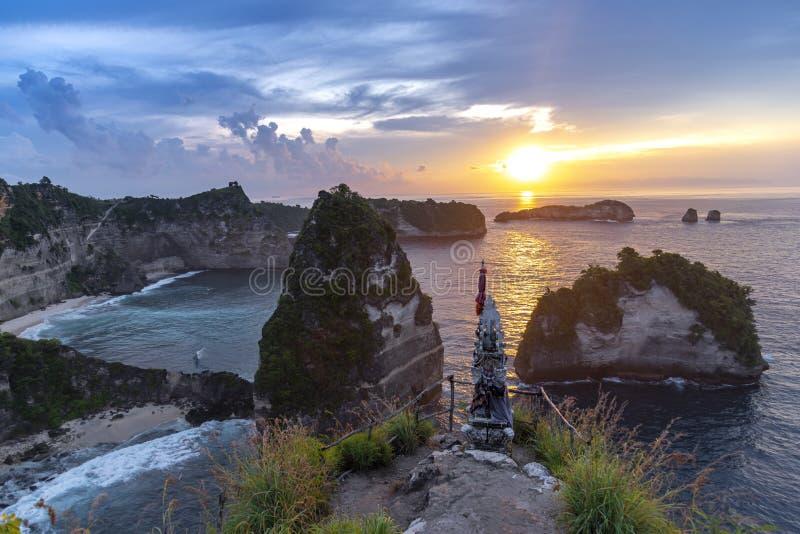 Sonnenaufgang des frühen Morgens mit Vew von Insel Klippe Nusa Penida, Bali, Indonesien Azurblauer Strand, felsige Berge im Ozean lizenzfreie stockbilder