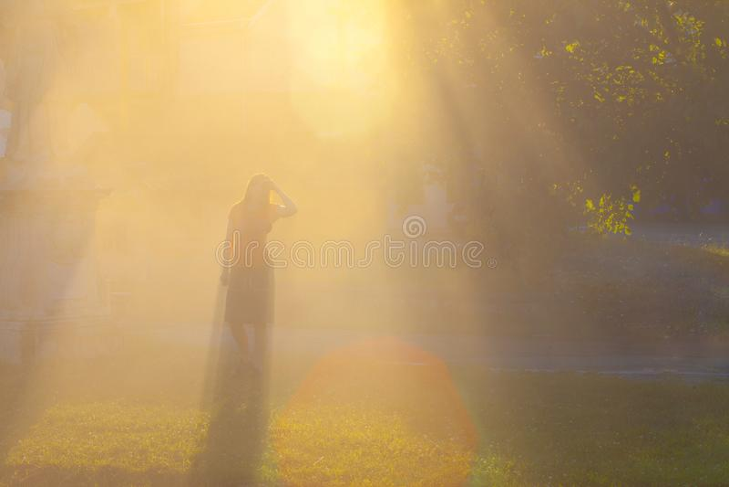 Sonnenaufgang des heißen Wetters am Park mit Frauengriffkopf mit der Hand stockfoto
