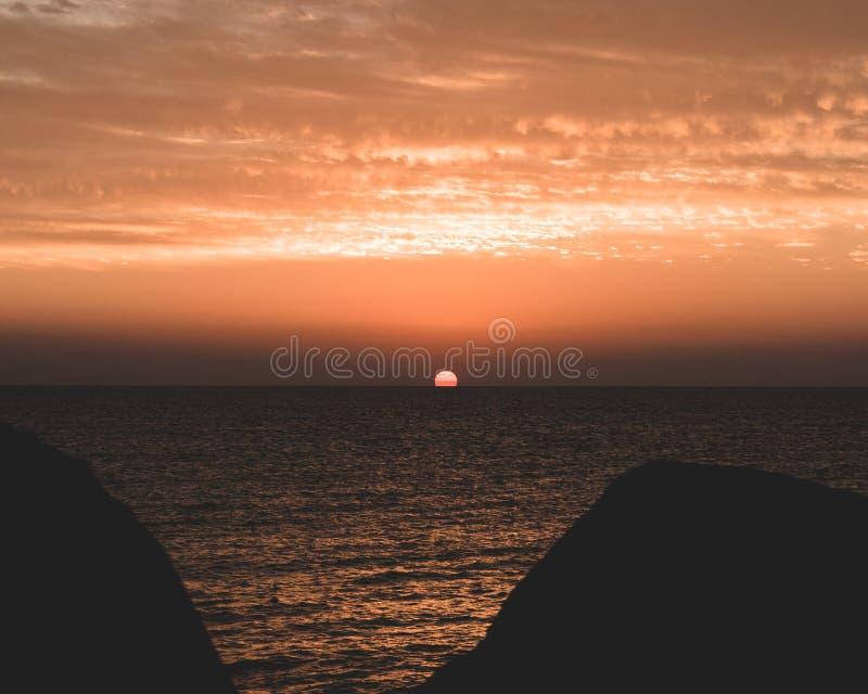 Sonnenaufgang durch das Meer lizenzfreies stockbild