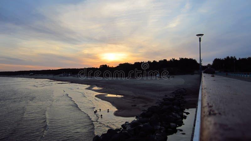 Sonnenaufgang durch das Sommermeer stockfoto