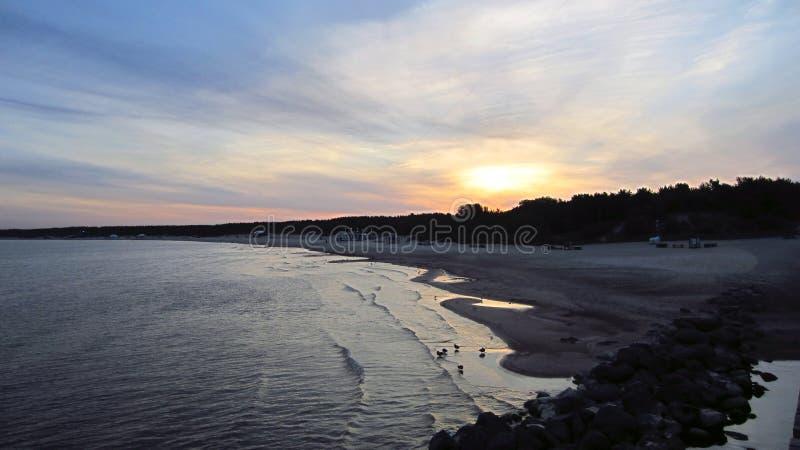 Sonnenaufgang durch das Sommermeer lizenzfreies stockbild