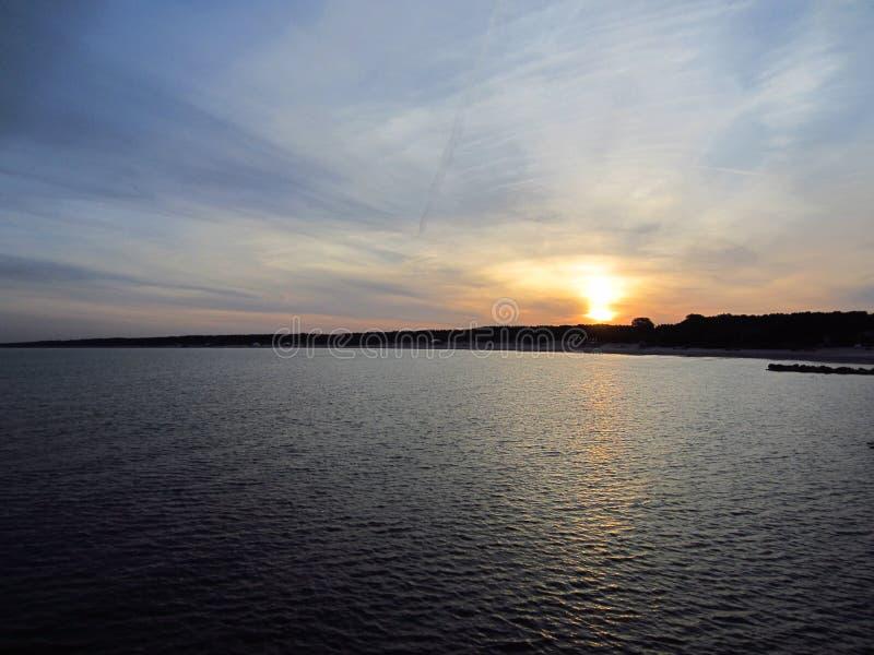 Sonnenaufgang durch das Sommermeer stockbild