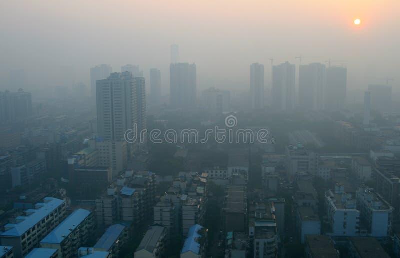Sonnenaufgang durch den Smog in einer modernen chinesischen Stadt lizenzfreie stockbilder