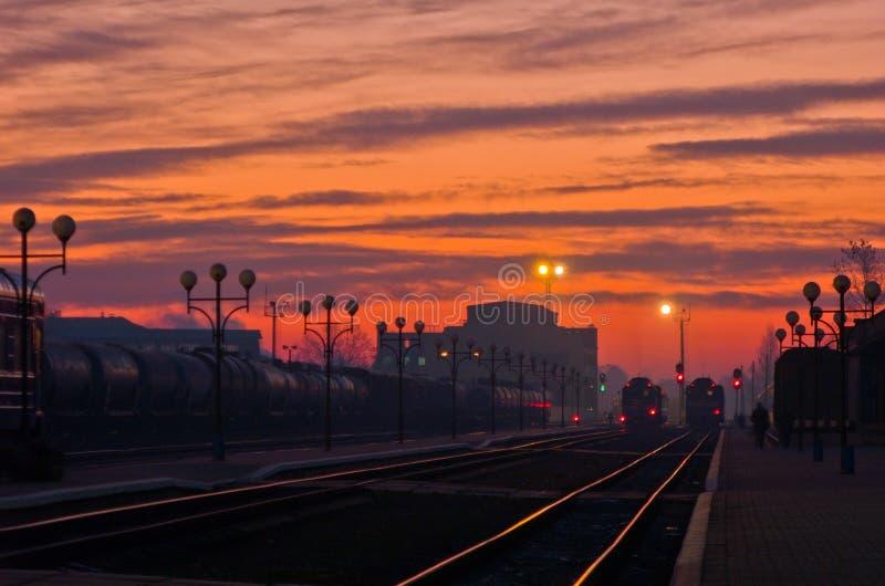 Sonnenaufgang in einem Bahnhof stockbild