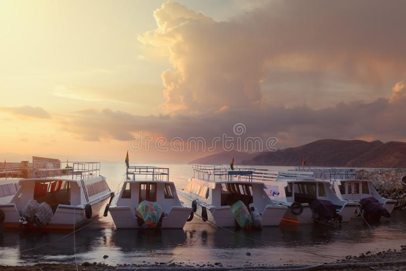 Sonnenaufgang in einem kleinen Hafen die Sun-Insel, Titicaca-See, Bolivien lizenzfreies stockfoto