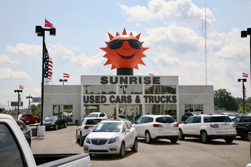 Sonnenaufgang-Gebrauchtwagen und LKW-Verkaufs-Verkaufsstelle stockfotos