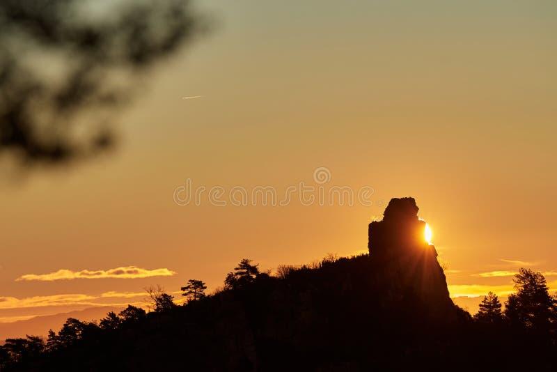 Sonnenaufgang hinter dem Berg lizenzfreies stockfoto