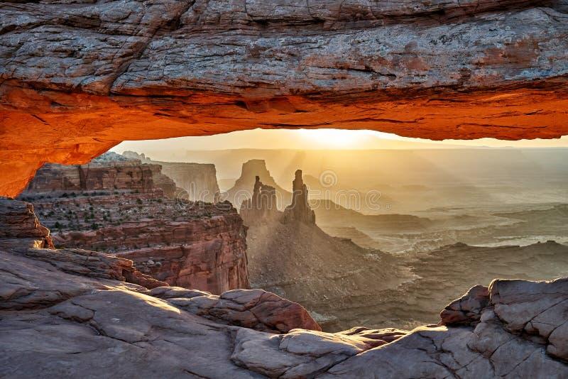 Sonnenaufgang hinter Mesa Arch in Nationalpark Canyonlands lizenzfreie stockfotografie