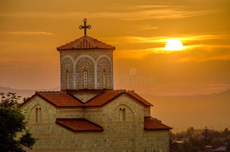 Sonnenaufgang hinter orthodoxer Kirche stockbild
