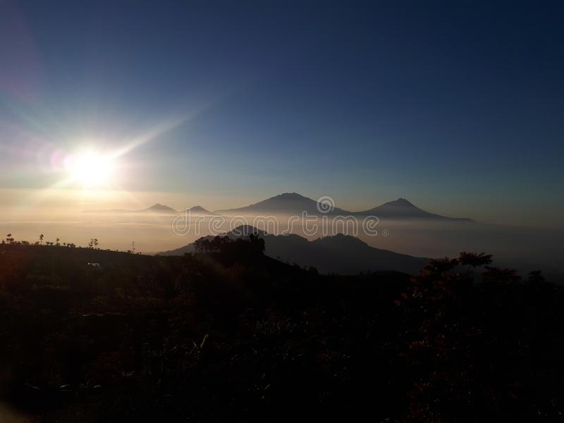 Sonnenaufgang im Berg lizenzfreie stockfotografie