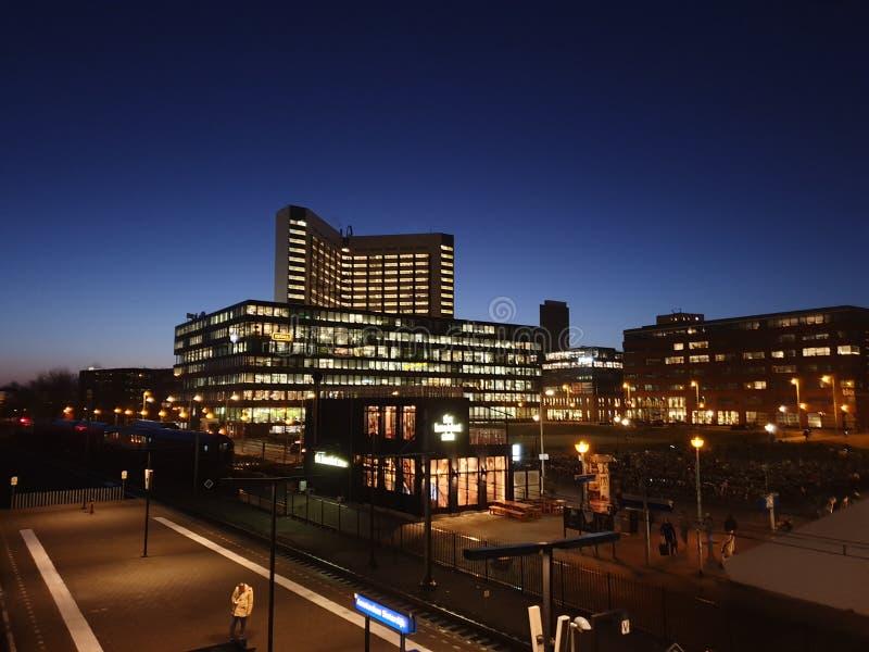 Sonnenaufgang im Geschäftsviertel am Bahnhof Amsterdam Sloterdijk in den Niederlanden lizenzfreie stockbilder