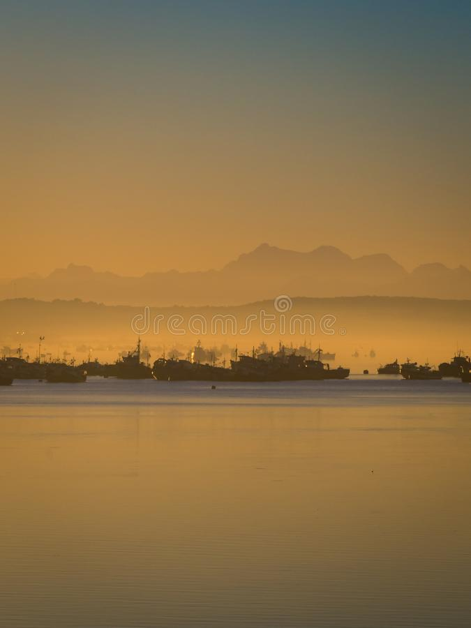 Sonnenaufgang im Hafen von Quellon in Chiloe-Insel Patagonia in Chile stockbilder