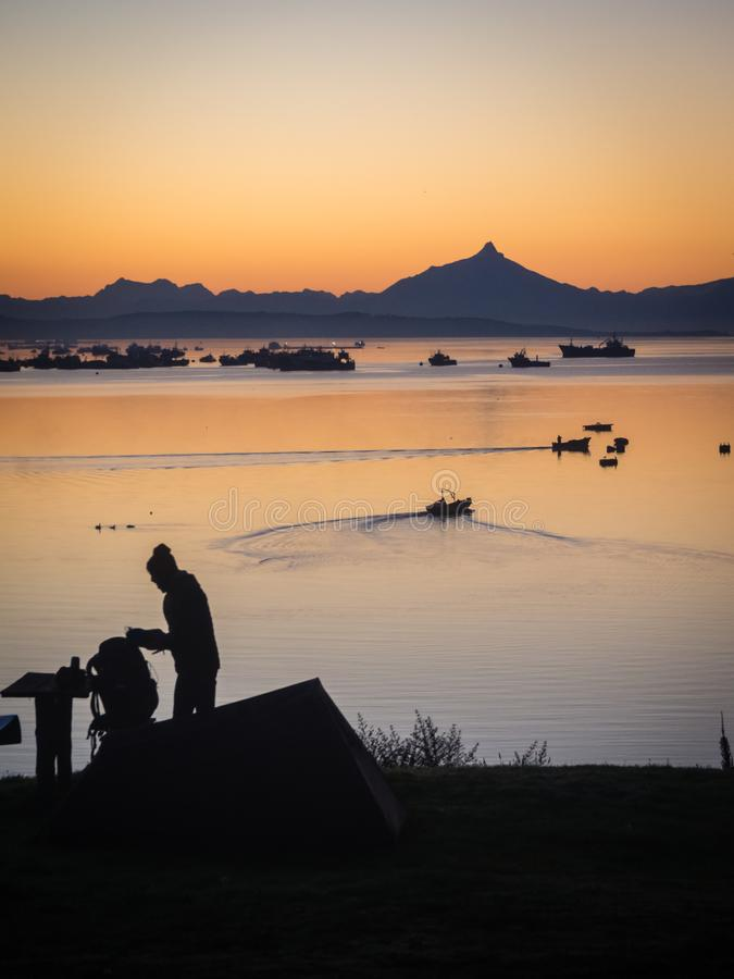 Sonnenaufgang im Hafen von Quellon in Chiloe-Insel Patagonia in Chile lizenzfreies stockfoto