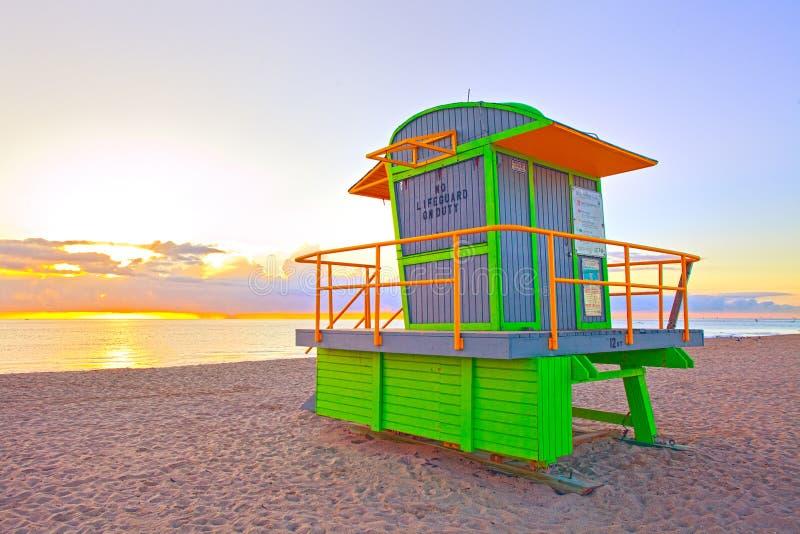 Sonnenaufgang im Miami Beach Florida, mit einem bunten Leibwächter hous stockfoto