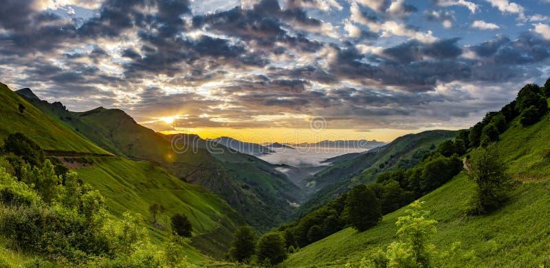 Sonnenaufgang im Nebel über dem Tal stockbild