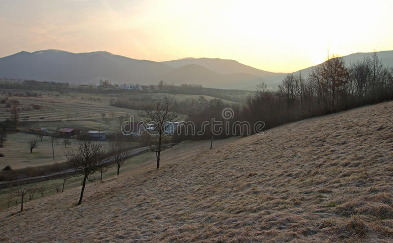 Sonnenaufgang im Tal mit Bergen lizenzfreie stockbilder