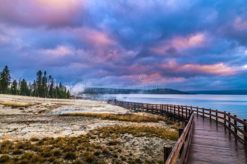 Sonnenaufgang im Westdaumen-Geysir-Becken - Yellowstone lizenzfreie stockbilder