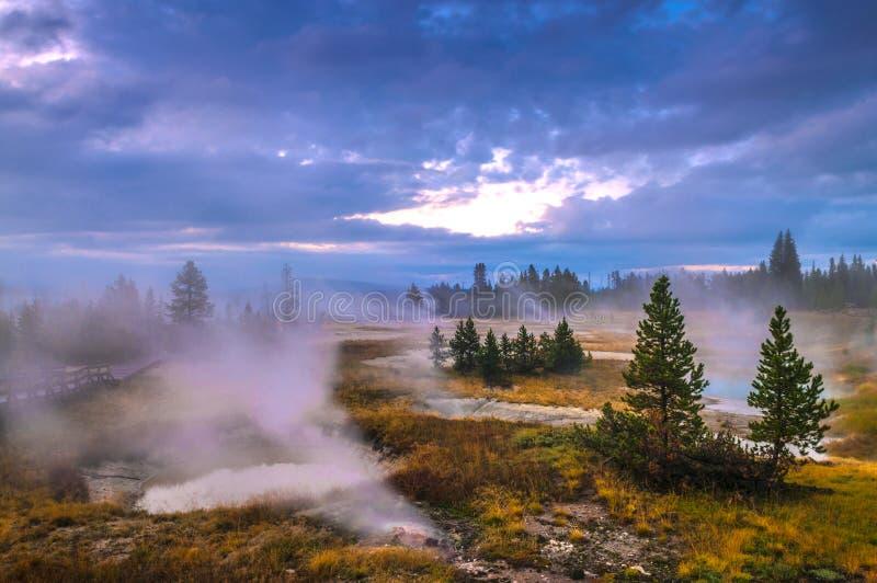 Sonnenaufgang im Westdaumen-Geysir-Becken - Yellowstone stockbilder