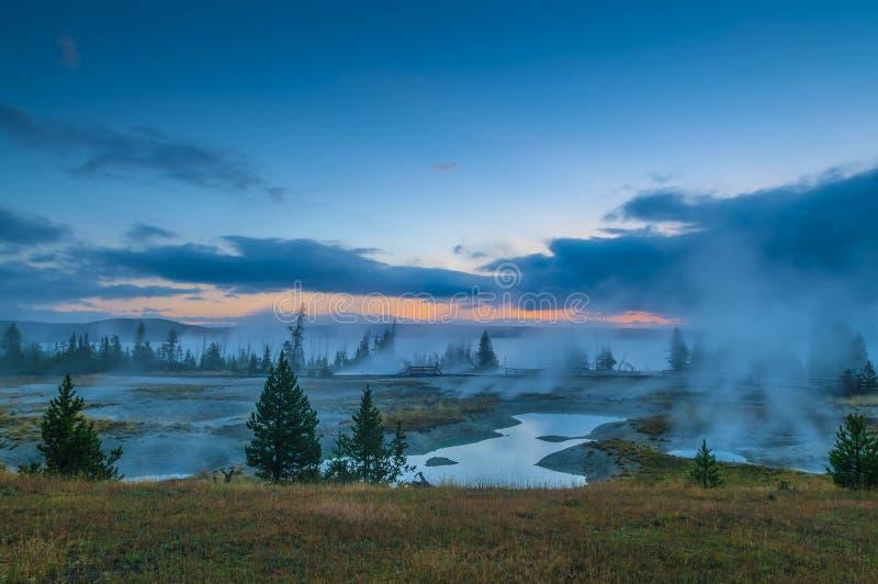 Sonnenaufgang im Westdaumen-Geysir-Becken - Yellowstone lizenzfreie stockfotos