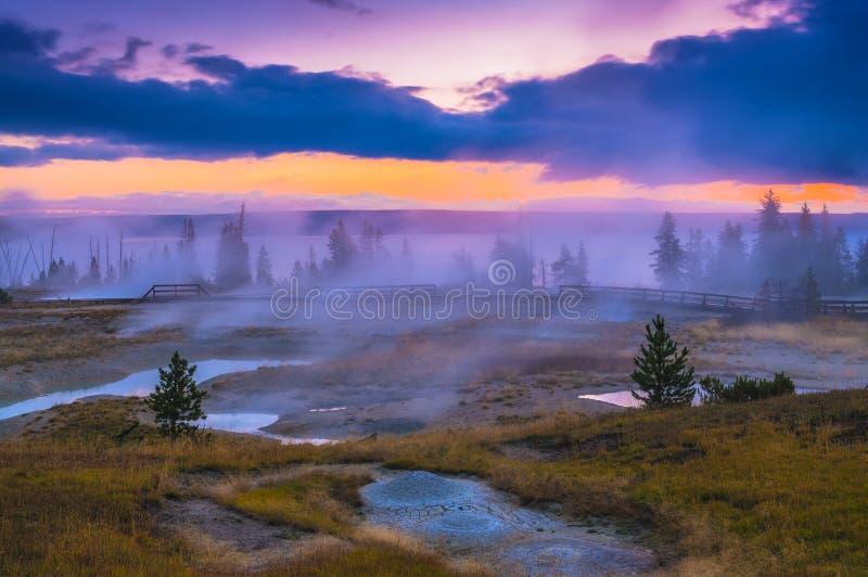 Sonnenaufgang im Westdaumen-Geysir-Becken - Yellowstone stockfotos