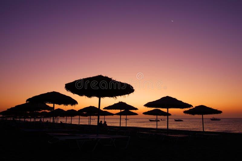 Sonnenaufgang an Kamari-Strand stockbilder