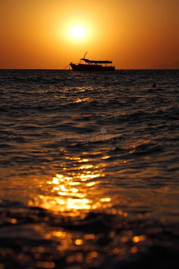 Sonnenaufgang an Kamari-Strand lizenzfreie stockbilder