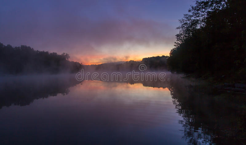 Sonnenaufgang am Kincaid See stockfotos