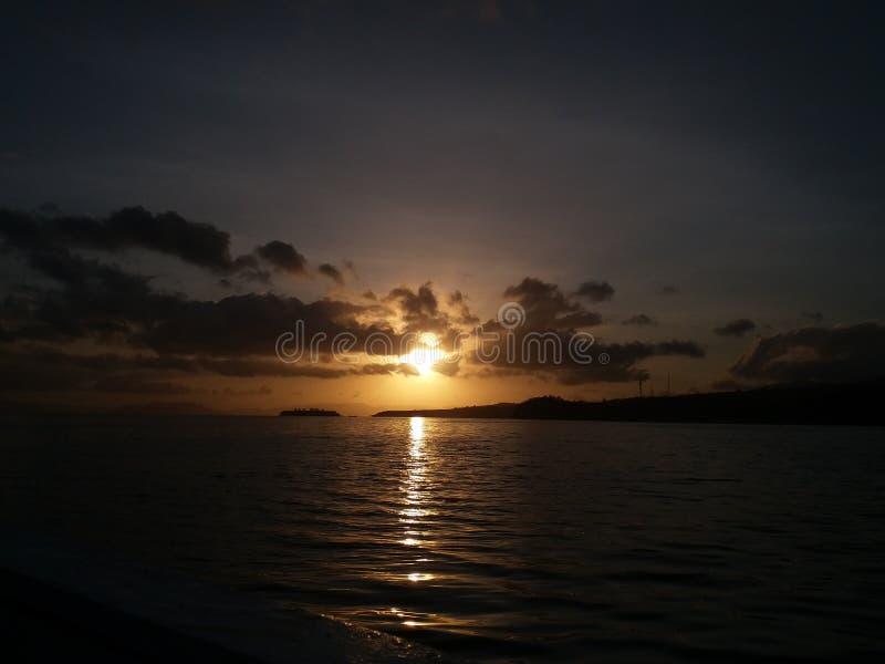 Sonnenaufgang lanscape schönes Seemorgenindonesien-Fischerboot lizenzfreie stockbilder