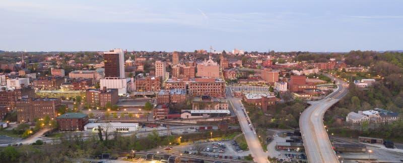 Sonnenaufgang leuchtet den Gebäuden und den Straßen von Lynchburg Virginia USA stockbild