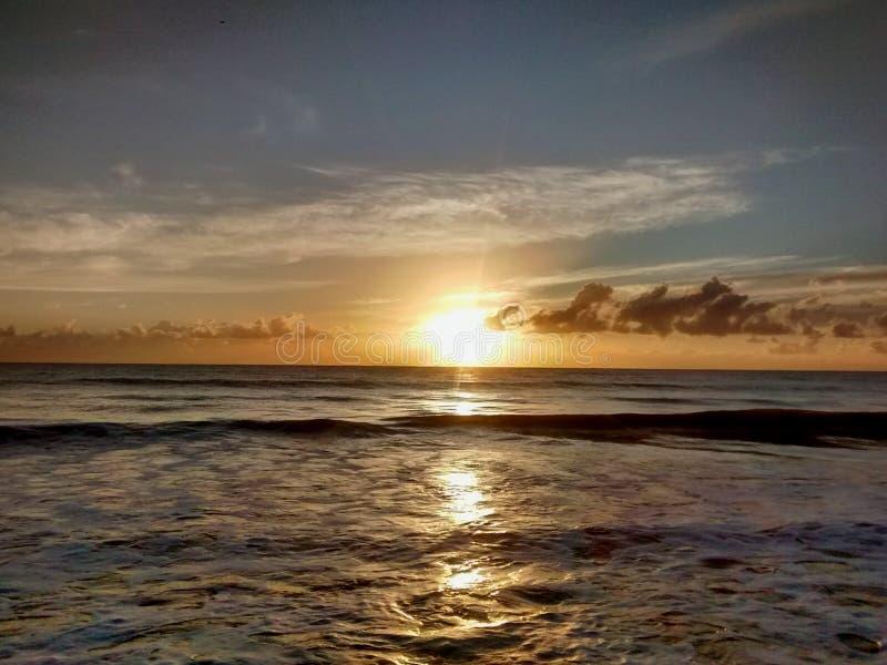 Sonnenaufgang in Meer lizenzfreie stockfotografie