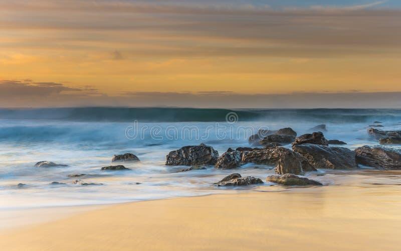 Sonnenaufgang-Meerblick mit Felsen und Pastellfarben lizenzfreie stockbilder