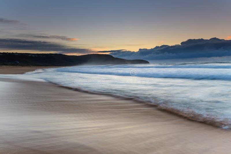 Sonnenaufgang-Meerblick mit Strand und Landspitze stockfotos