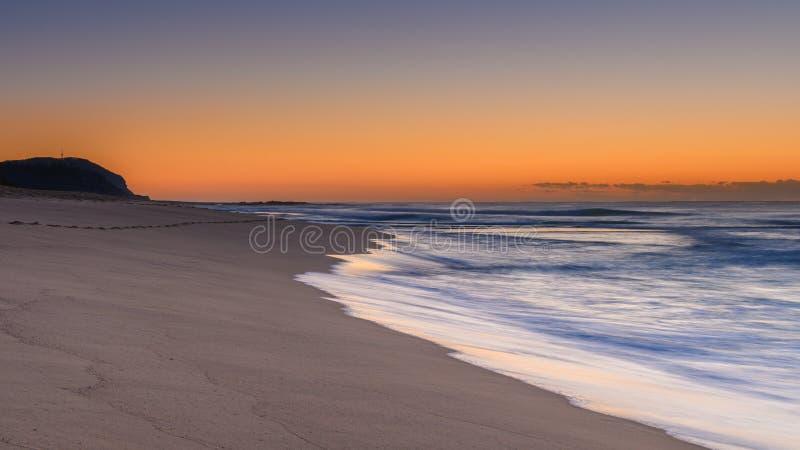 Sonnenaufgang-Meerblick mit Strand und Landspitze stockbild