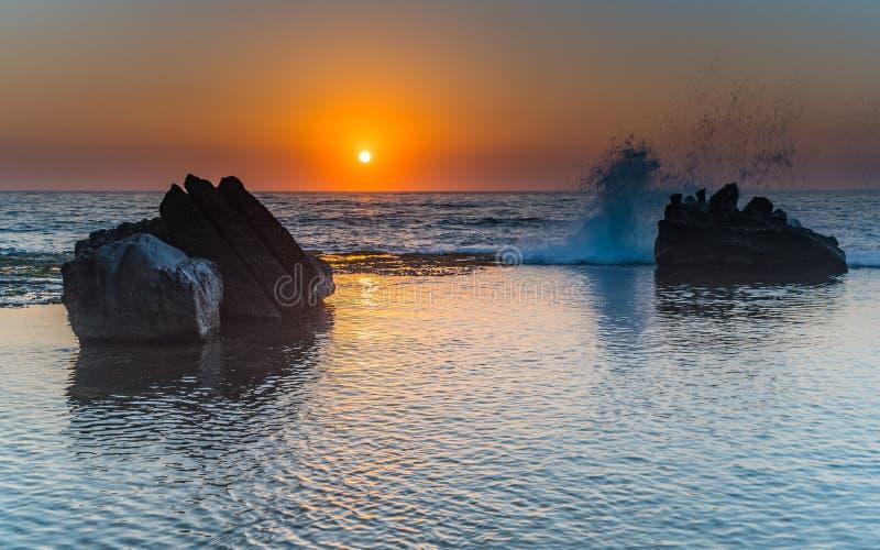 Sonnenaufgang-Meerblick und Felsen-Leiste stockfoto